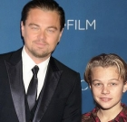 Hollywoodsky herci, ktorí pózujú s mladšou verziou samých seba