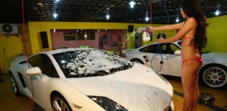 Autoumyváreň v ktorej vám auto umyjú sexi kočky v bikinách