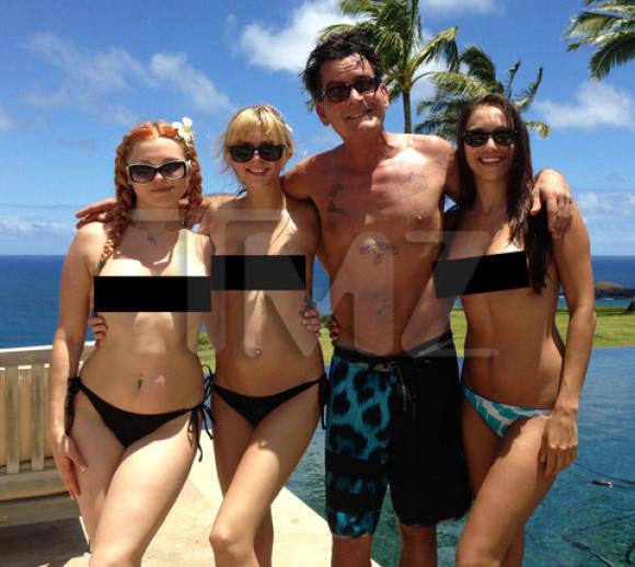 Charlie Sheen sa pochlapil troma pornohviezdami