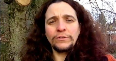 Žene, ktorej rastú fúzy a brada chýba chlap