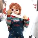 Hororový Chucky strašil ľudí na zastávke s nožom v ruke (video)