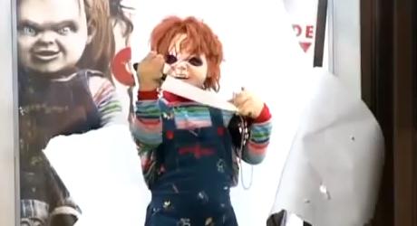 Hororový Chucky strašil ľudí na zastávke s nožom v ruke