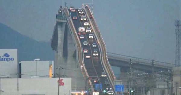 Koniec-nudným-mostom!-Tento-most-v-Japonsku-je-ako-horská-dráha-1