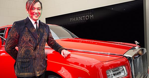 Milionár nevie čo s peniazmi Kúpil 30 červených Rolls-Royce