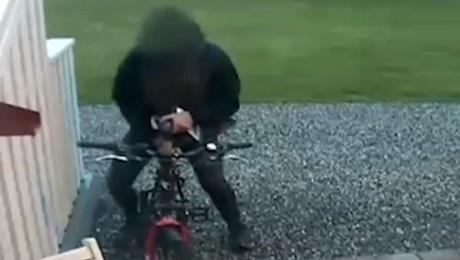 Šokujúce: Muž sexujúci s bicyklom na verejnosti! (video)