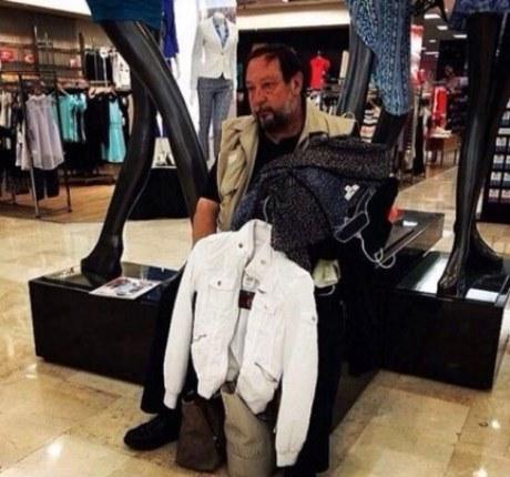 Muži čakajúci na svoje ženy na nákupe