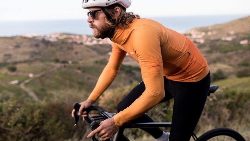 Na bicykel sodhodlaním aprofi cyklistickým oblečením