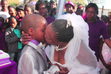 Svadba Saneie Masilela (9) a Helen Shabangu (61) - foto: YouTube