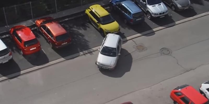 Parkujúca blondínka v Prahe zabáva internet, VIDEO v článku