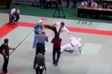 Rozhodcu takto chytila zlosť uprostred zápasu, VIDEO v článku
