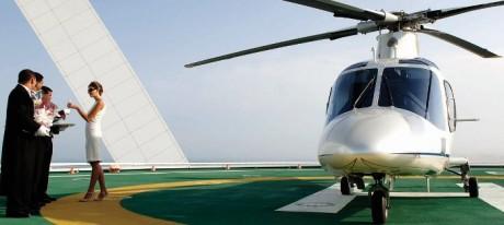 môžete priletieť aj vrtuľníkom na strechu hotela, kde vás privítajú