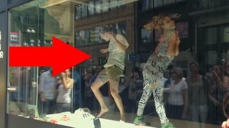 Twerking vo výklade predajne v Prahe roztancoval aj okoloidúceho (video)