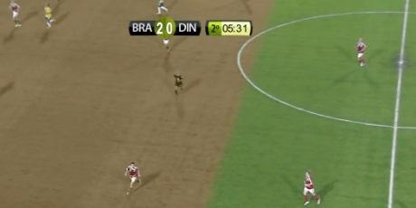 Zelené ihrisko zhnedlo priamo počas futbalového zápasu (video)