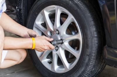 Originálna technika na balenie žien: Prepichnite im pneumatiku na aute